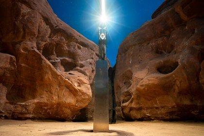 Foto tomada por Ross Bernards minutos antes de que el monolito de Utha fuera removido del desierto. Foto: Instagram