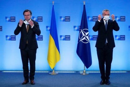 El secretario general de la OTAN, Jens Stoltenberg, y el ministro de Relaciones Exteriores ucraniano, Dmytro Kuleba. Foto: Francisco Seco/via REUTERS REFILE