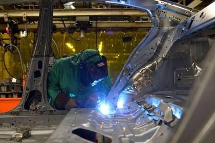FOTO DE ARCHIVO: Trabajadores en la planta de fabricación de automóviles de Nissan Motor Co en Smyrna, Tennessee, Estados Unidos. 23 de agosto 2018. REUTERS/William DeShazer