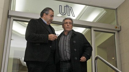 Héctor Daer y Carlos Acuña, líderes de la CGT, firmaron con la UIA un acuerdo marco que facilita las suspensiones de personal sin tareas