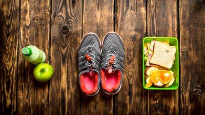 """Los """"SI"""" de la DMA: comer cinco veces al día (tres comidas y dos colaciones) cada tres o cuatro horas, desayunar durante la primera media hora después de despertar, seguir el plan durante 4 semanas completas, comer solo los alimentos permitidos en cada fase, seguir el orden de las fases, beber la tercera parte de tu peso en decilitros de agua todos los días, elegir alimentos orgánicos siempre que sea posible y hacer ejercicio tres veces a la semana (de acuerdo con la fase en la que estés). (Getty)"""