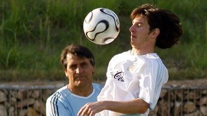 Tocalli, junto con Messi, en la Selección Mayor durante el Mundial 2006 (Foto: REUTERS/Enrique Marcarian)