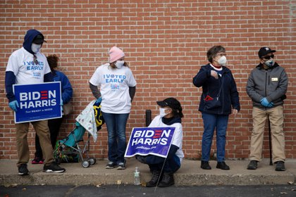 Voters wait in line for a campaign event to hear last-minute arguments from Jill Biden in Westland, Michigan, U.S., October 29, 2020. REUTERS/Emily Elconin