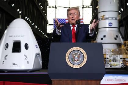 Luego del despegue de la cápsula Crew Dragon con dos astronautas estadounidenses a bordo, Trump felicitó a las autoridades de la NASA y de SpaceX en un acto en el Centro Espacial Kennedy (REUTERS/Jonathan Ernst)