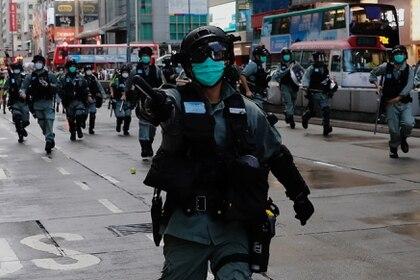 La policía anti disturbios en Hong Kong, China May 10, 2020. REUTERS/Tyrone Siu