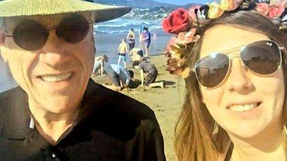 Sebastián Piñera con la mujer que le solicitó una foto en la playa de Cachagua, Chile