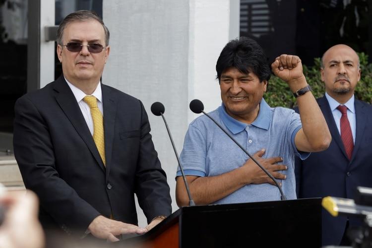 El canciller mexicano Marcelo Ebrard y el ex presidente de Bolivia, Evo Morales (Foto: REUTERS/Luis Cortes)