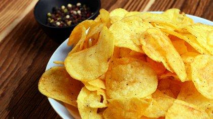 La mayoría de la gente tiene problemas con estos alimentos: papas fritas, hamburguesas con queso, pizza, galletitas, helado, gaseosas, snacks, afirma Michael Moss (Shutterstock)