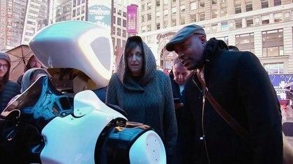 """El """"promobot"""" interactivo reunió a varios curiosos en Nueva York (Reuters)"""