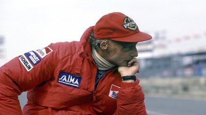Lauda con su clásica ropa de color roja, un sello de su extensa trayectoria en la Fórmula (The Grosby Group)