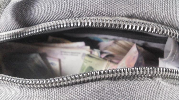 El bolso con dinero que les secuestraron a los delincuentes durante la detención