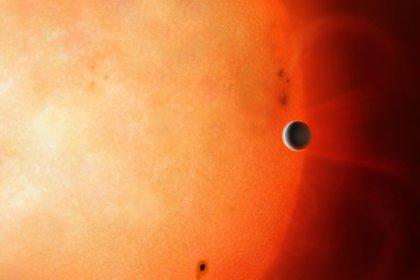 """Impresión artística de un planeta del tamaño de Neptuno en el denominado """"desierto neptuniano"""". Es extremadamente raro encontrar un objeto de este tamaño y densidad tan cerca de su estrella (EFE/Universidad de Warwick/Mark Garlick)"""