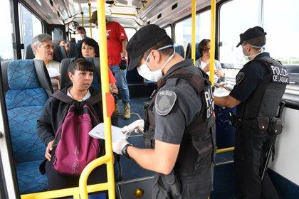 Efectivos de la Policía de la Ciudad controlan los permisos para circular (foto de archivo: Maximiliano Luna)