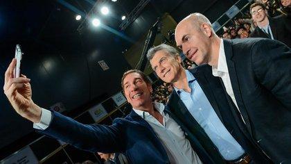 Diego Santilli se saca una selfie con Mauricio Macri y con Horacio Rodríguez Larreta (Imagen de archivo)