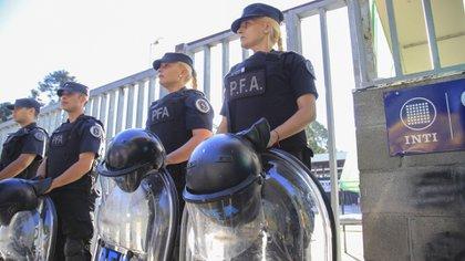 La presencia de agentes de la Policía Federal Argentina (NA / MARCELO CAPECE)
