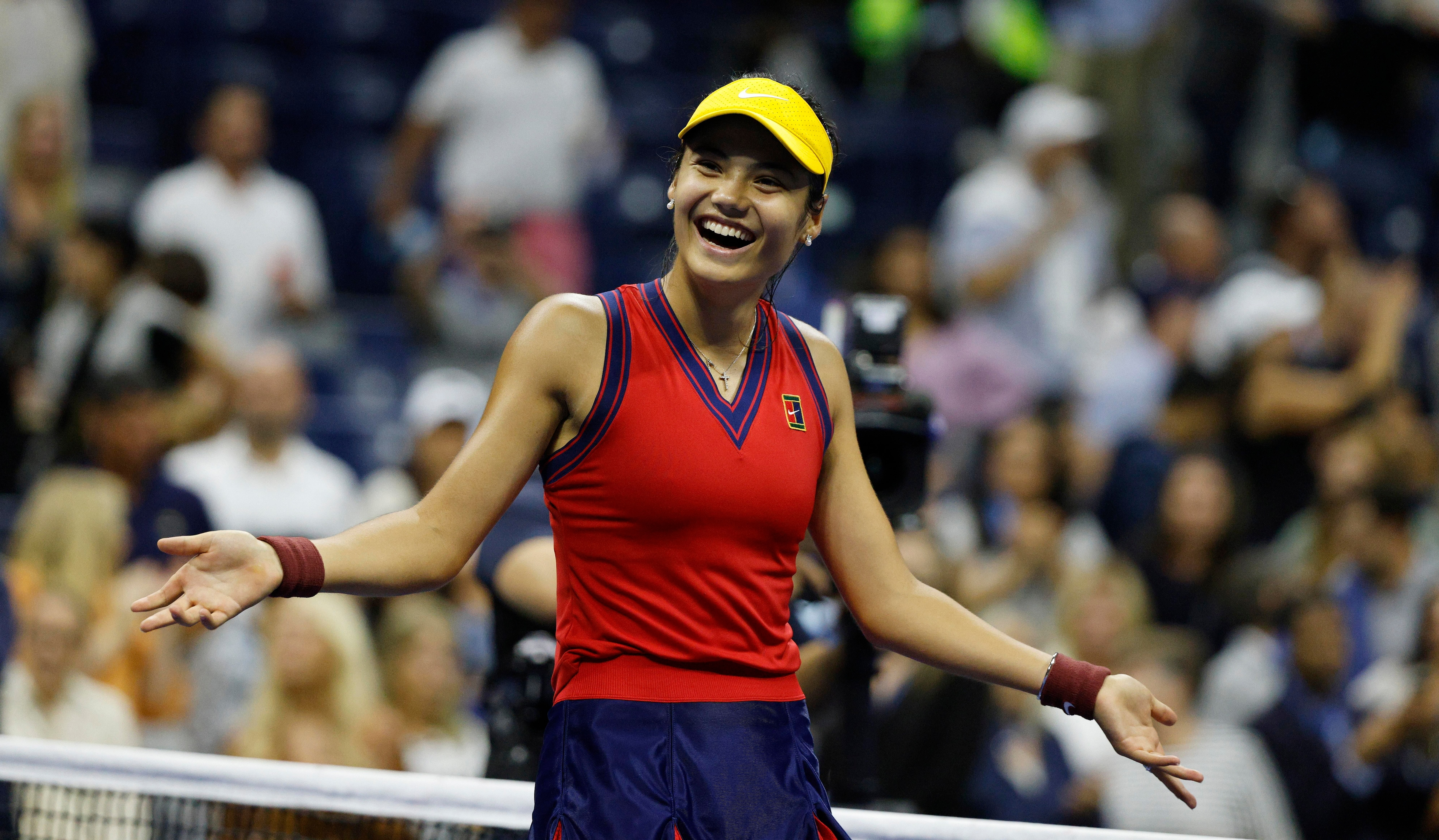 La británica Emma Raducanu se convirtió en la primera finalista de un Grand Slam partiendo desde la fase previa (EFE/Justin Lane)