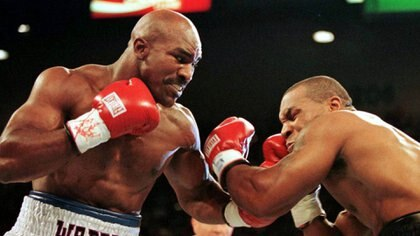 IMAGEN DE ARCHIVO. El campeón de peso completo de la AMB Evander Holyfield (R) conecta en la mandíbula al retador Mike Tyson en el primer asalto de su pelea del 28 de junio de 1997.