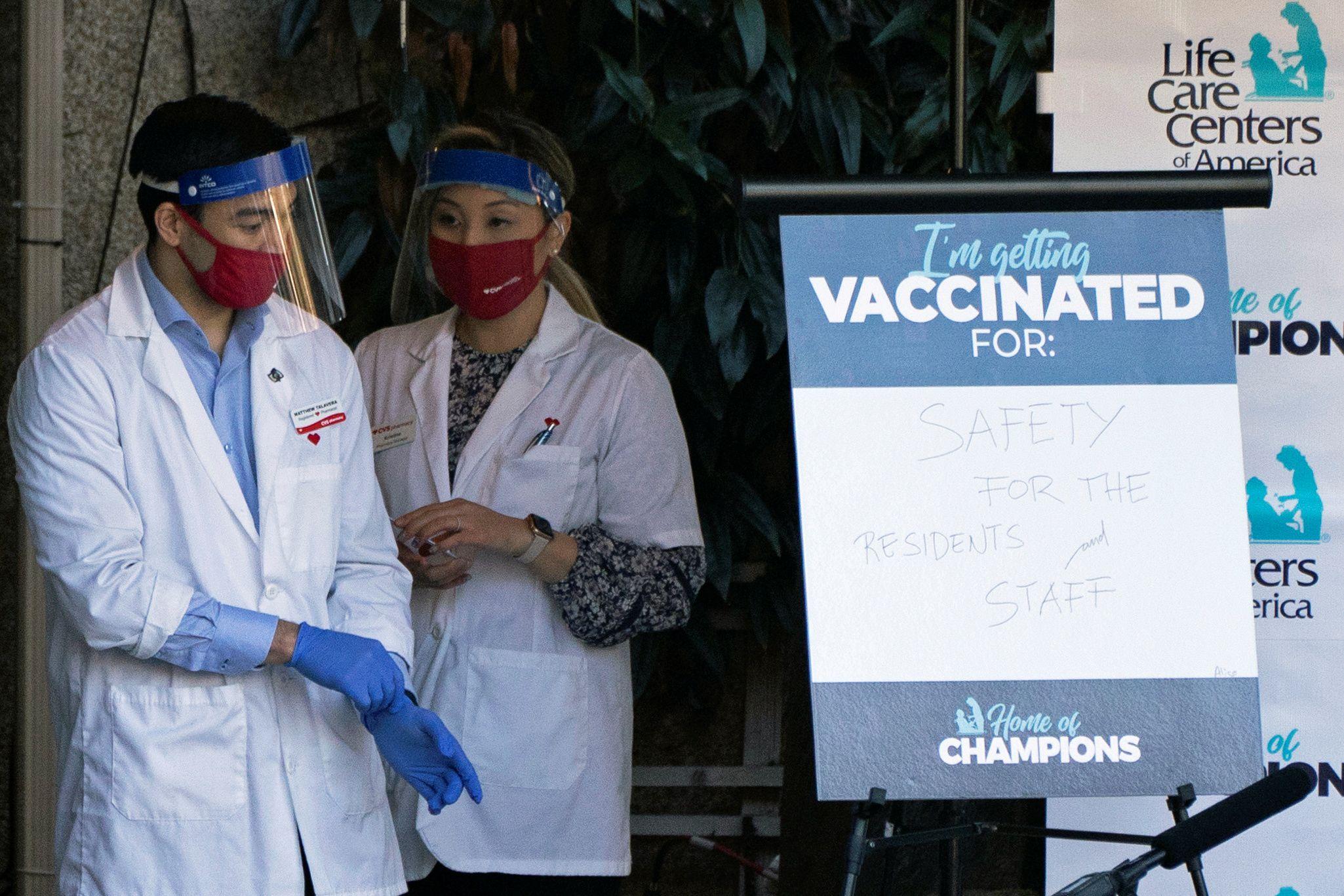 Farmacéuticos se preparan para vacunar en una farmacia CVS en EEUUREUTERS/David Ryder