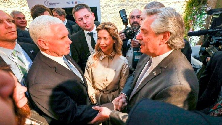 Alberto Fernández se saluda con Mike Pence, vicepresidente de los Estados Unidos