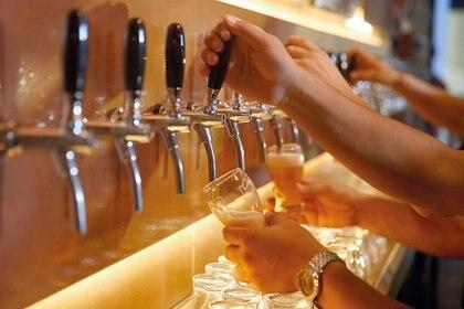 La elaboración de cervezas es uno de los rubros que recientemente ingresó al programa de asistencia estatal para pagar sueldos.