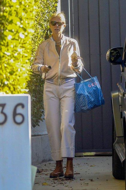 Gwyneth Paltrow y su marido, Brad Falchuk, fueron vistos saliendo de un gimnasio privado en Santa Mónica, California. La actriz salió cambiada luego de haber entrenado, es por eso que en las imágenes no  luce un look deportivo