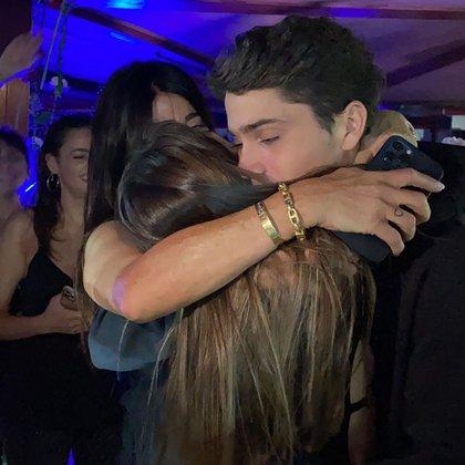 Tini abrazada a su mamá y a su hermano