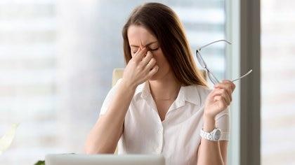 El denominado síndrome de ojo seco se caracteriza por la alteración en la producción de las lágrimas que da lugar a síntomas como irritación y picazón ocular (Getty Images)