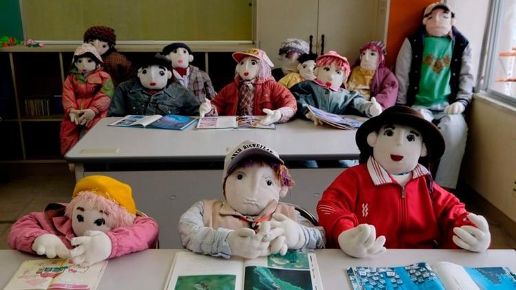 En la escuela de Nagoro, que cerró en 2012, siempre hay estudiantes de juguete. (AFP)