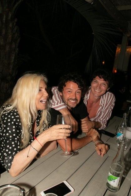 Susana con Wally Diamante y Facundo Garayalde; la conductora fue la gran protagonista de la inauguración de Fabric Sushi, en José Ignacio