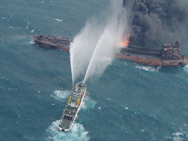 Los intentos por extinguir el incendio y evitar el hundimiento fueron infructuosos (Reuters)