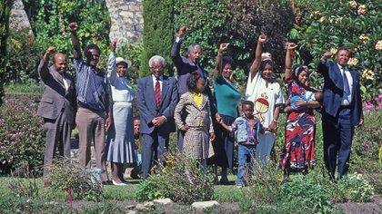El día siguiente de la libertad en los jardines de la casa de Desdmon Tutu, junto a su esposa Winnie, su familia seguidores del CNA (Gallo Images/Shutterstock)