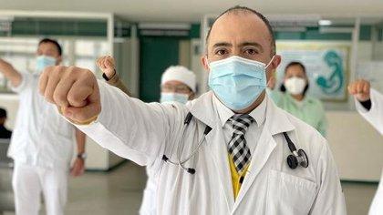 Un médico del IMSS regresó a trabajar tras ser intubado 12 días por COVID-19