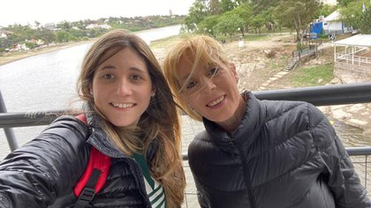 María Rosa Daglio junto a su hija, María Pilar Duhalde
