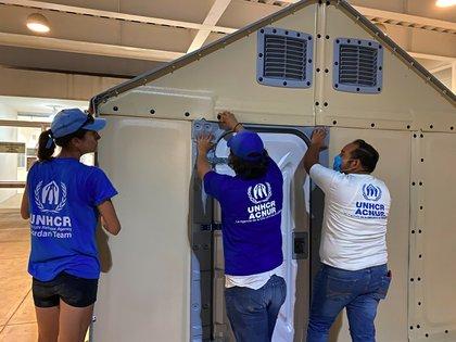 Fotografía cedida por la Agencia de la Organización de las Naciones Unidas para los Refugiados (ACNUR), este lunes que muestra la instalación de unidades de vivienda en albergues y centros de salud en norte y sur de México. EFE