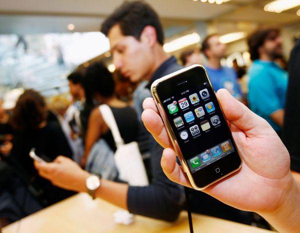 Hombre muestra el primer IPHONE en la tienda en junio del 2007