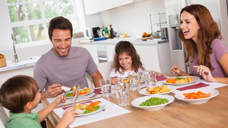 Como todo lo que se percibe del entorno también 'alimenta' lo ideal es crear un clima adecuado para la comida, apagar la televisión y abstraerse de las noticias todo el tiempo (Shutterstock)