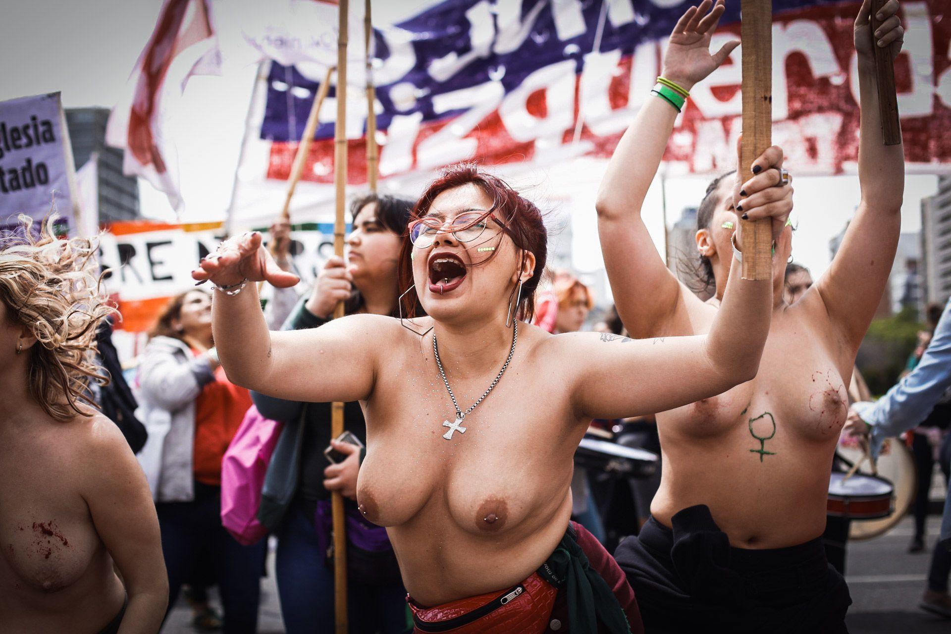 """El frío no logró apabullar a las chicas que marchaban en tetas con consignas pintadas en sus torsos, festejando la libertad de sus cuerpos, rodeadas de otras mujeres, seguras. """"Mi cuerpo, mi decisión"""""""