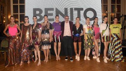 El diseñador Benito Fernández a puro brillo junto a sus modelos al final de la pasarela