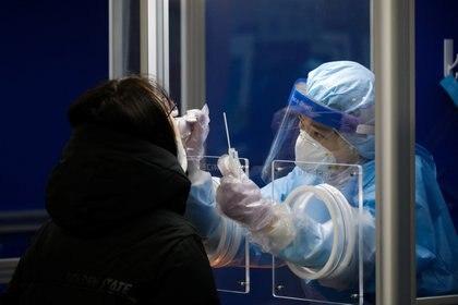 La diferencia entre un brote de enfermedad a pequeña escala y epidemias regionales devastadoras como el ébola y pandemias catastróficas como el COVID-19 es la acción humana, o, más a menudo, la inacción, afirma Quick (REUTERS/Kim Hong-Ji)