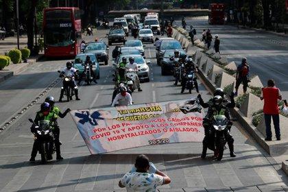 Foto de archivo de paramédicos en una marcha en honor a sus colegas muertos en medio de la pandemia de coronavirus en Ciudad de México.  May 30, 2020. REUTERS/Carlos Jasso
