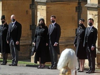 Zara Tindall y su marido Mike Tindall; la princesa Eugenia y su marido Jack Brooksbank; la princesa Beariz y su esposo Edoardo Mapelli Mozzi observan la procesión en la puerta de la Capilla de San Jorge