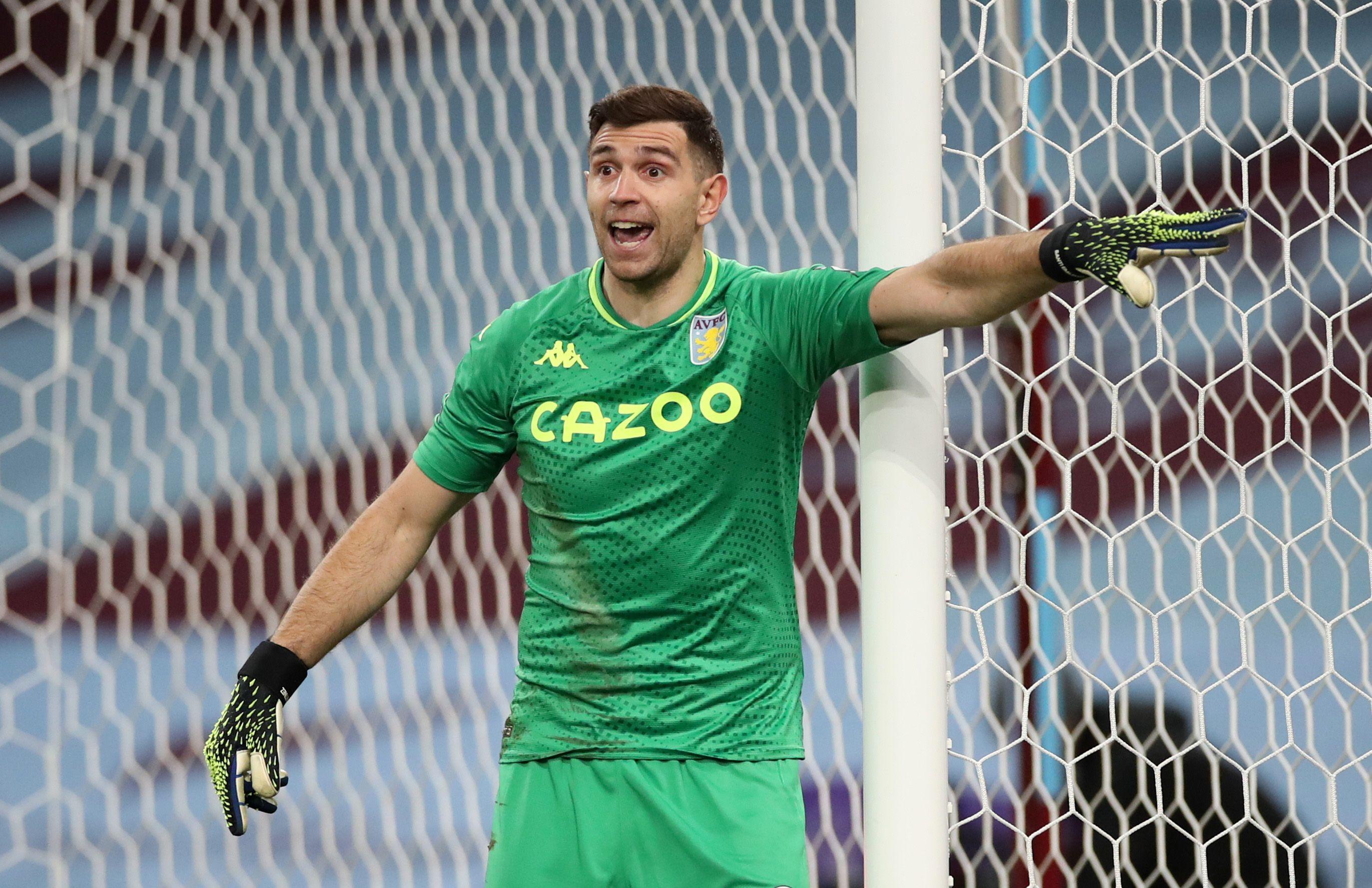 Dibu Martínez atraviesa un gran momento en el Aston Villa (REUTERS)