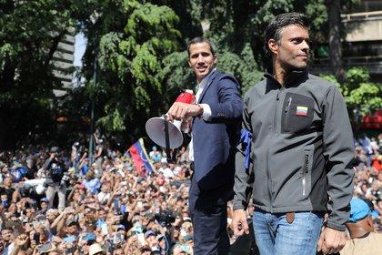 Leopoldo López junto a Juan Guaidó, al hablar ante una multitud este mediodía en Caracas (Reuters)