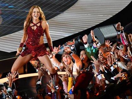 Shakira fue la primera en salir al escenario. Lució un vestido estilo tango bordado en un género estilo Rafita, color borgoña (Reuters)