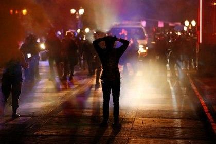 Manifestante confrontan a la policía en Mineápolis tras el asesinato de George Floyd en EE.UU. (REUTERS/Terray Sylvester)