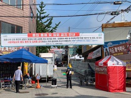 Una de las calles que dan acceso a la Iglesia del Amor Máximo, en el distrito de Seongbuk, al norte de Seúl. EFE/Andrés Sánchez Braun