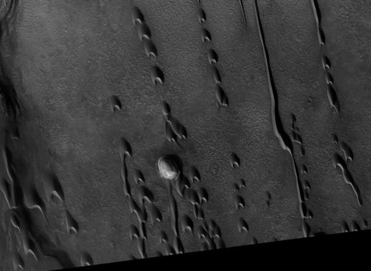 """Las regiones de """"dunas fantasmas"""" encontradas en la cuenca Noctis Labyrinthus y Hellas fascinan a los astrónomos (NASA)"""