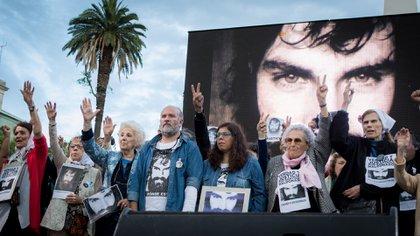Sergio Maldonado junto a Estela de Carlotto en una de las marchas para reclamar justicia por su hermano Santiago (Martín Rosenzveig)