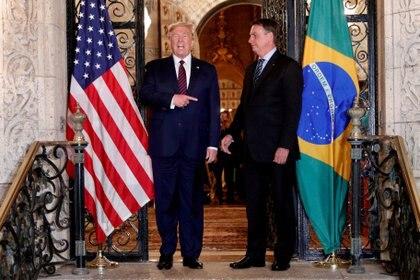 Donald Trump se presenta en una sesión fotográfica con el presidente brasileño Jair Bolsonaro antes de asistir a una cena de trabajo en el centro turístico Mar-a-Lago en Palm Beach, Florida, el 7 de marzo de 2020 (REUTERS/Tom Brenner/Archivo Foto)