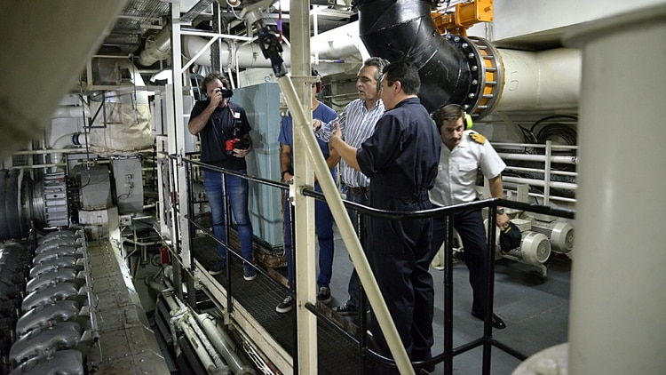 Rossi aceptó el desafío de recorrer la intrincada sala de máquinas del rompehielos(Gustavo Gavotti)